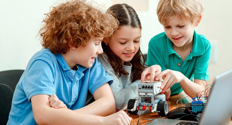 Niños programando un robot